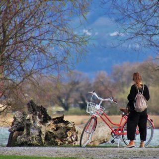 Radlerin beim Rasten